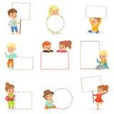 拿着白空白的委员会用不同的姿势的逗人喜爱的孩子设置 微笑的小男孩和女孩便衣的以空 库存例证