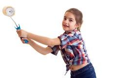 拿着白色卷的小女孩 免版税库存图片