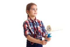 拿着白色卷的小女孩 免版税库存照片
