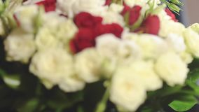 拿着白色和英国兰开斯特家族族徽,特写镜头任命的花束黑暗的衣服的人 影视素材