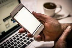 拿着白色屏幕巧妙的电话 免版税图库摄影