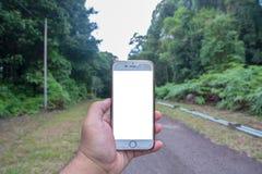 拿着白色屏幕Iphone 库存照片
