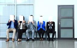 拿着白色广告牌和等待工作面试的年轻商人 免版税库存照片