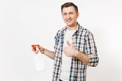 拿着白色有擦净剂液体的方格的衬衣的年轻管家人空白空的清洗的浪花瓶被隔绝  免版税库存图片