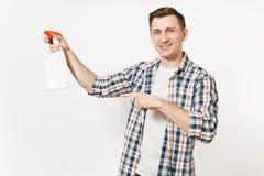 拿着白色有擦净剂液体的方格的衬衣的年轻管家人空白空的清洗的浪花瓶被隔绝  免版税库存照片