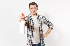拿着白色有擦净剂液体的方格的衬衣的年轻管家人空白空的清洗的浪花瓶被隔绝  免版税图库摄影