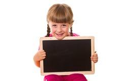 拿着白色的小女孩黑人委员会 免版税库存照片