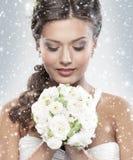拿着白花的一个新新娘的纵向 免版税库存图片
