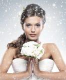 拿着白花的一个新新娘的纵向 图库摄影