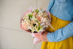 拿着白花的花束女孩 免版税库存图片