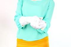 拿着白花花束的美丽的小姐佩带摆在白色背景的黄色弓在演播室 免版税库存图片