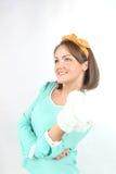 拿着白花花束的美丽的小姐佩带摆在白色背景的黄色弓在演播室 免版税图库摄影