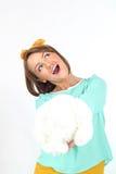 拿着白花花束的美丽的小姐佩带摆在白色背景的黄色弓在演播室 图库摄影