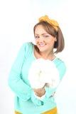 拿着白花花束的美丽的小姐佩带摆在白色背景的黄色弓在演播室 免版税库存照片