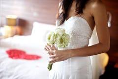 拿着白莲教婚礼花束的少妇 免版税库存图片