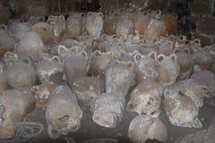 拿着的酒或油古老amphorae瓶子 免版税库存图片