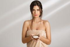 拿着盐身体的肉欲的妇女在手上洗刷,看直接 免版税库存照片