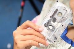 拿着盒式磁带照片,版本4 免版税库存照片