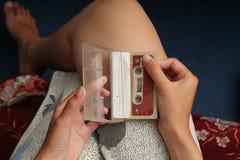 拿着盒式磁带照片,版本8 免版税库存照片