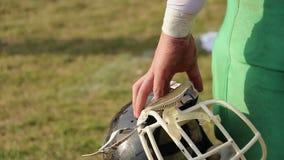 拿着盔甲,观看的橄榄球比赛,等待的互换的球员 股票视频