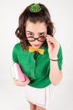 拿着眼镜的讨厌的女孩查寻 库存图片