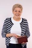 拿着硬币和皮革钱包,金融证券的概念的愉快的资深女性在晚年的 库存照片