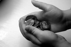 拿着硬币的儿童的手 库存图片