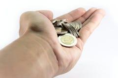 拿着硬币的手在手 免版税库存照片