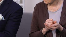 拿着硬币,富有的老人的凄惨的老妇人计数美元,社会空白 股票录像