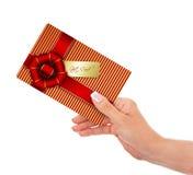 拿着礼品券的手被隔绝在白色 免版税库存照片
