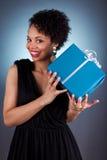拿着礼品的新非洲裔美国人的妇女 免版税图库摄影