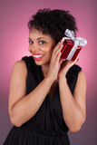 拿着礼品的新非洲裔美国人的妇女 免版税库存照片