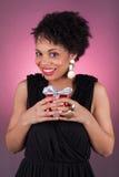 拿着礼品的新非洲裔美国人的妇女 图库摄影