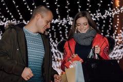 拿着礼物和购物带来的年轻夫妇 库存图片