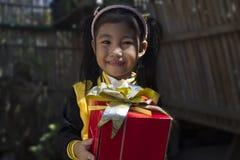 拿着礼物的一个小女孩 免版税库存照片