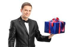 拿着礼物的典雅的人 免版税库存照片