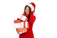 拿着礼物的圣诞节服装的妇女 免版税库存照片