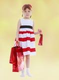 拿着礼物的女孩袋子 免版税库存照片