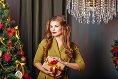 拿着礼物的女孩 圣诞节我的投资组合结构树向量版本 图库摄影