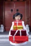 拿着礼物的女孩 免版税库存照片