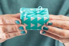 拿着礼物的女性手特写镜头 免版税库存图片