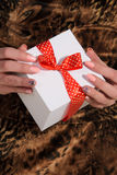 拿着礼物的女性手 免版税库存照片