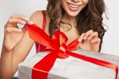 拿着礼物的妇女手 图库摄影