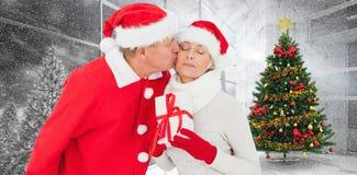 拿着礼物的欢乐成熟夫妇的综合图象 图库摄影