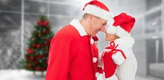 拿着礼物的欢乐成熟夫妇的综合图象 库存图片