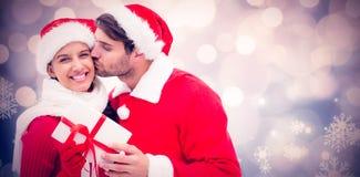 拿着礼物的欢乐年轻夫妇的综合图象 库存照片