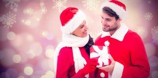 拿着礼物的欢乐年轻夫妇的综合图象 库存图片