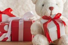 拿着礼物的玩具熊特写镜头 库存图片