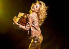 拿着礼物的白肤金发的引诱的女孩 图库摄影