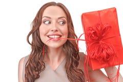 拿着礼物的红发妇女特写镜头 图库摄影